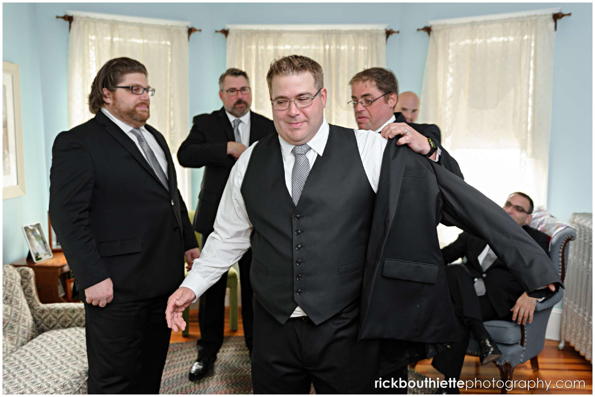groom and groomsmen getting ready for New Hampshire seacoast wedding